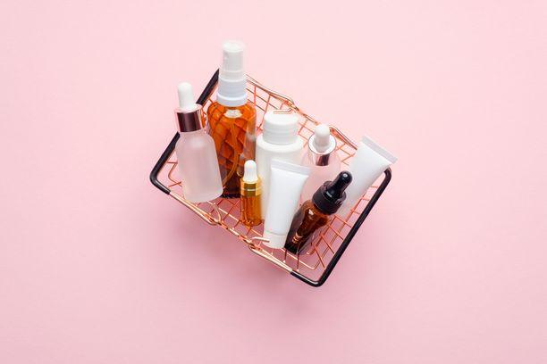 Kosmetiikka teki kauppansa koronakevään aikana, ja etenkin ihonhoitotuotteita ostetaan Suomessa nyt entistä innokkaammin.