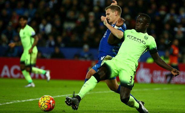 Leicesterin Marc Albrighton (vas.) ja Manchester Cityn Bacary Sagna taistelivat pallosta.