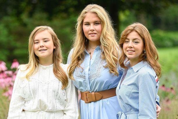 Prinsessat Ariane, Catharina-Amalia ja Alexia poseerasivat kotinsa edustalla.