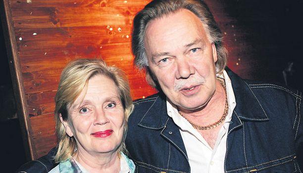 """KANNUSTAJA Kari Tapio kiittää vaimoaan Pia Viheriävaaraa kannustuksesta. – Vaimo aina sanoi, että """"sun ääni menee kyllä läpi""""."""