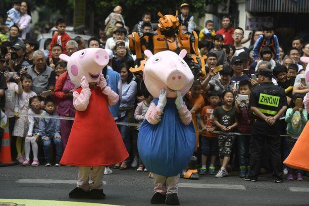 Pipsa Possuksi pukeutuneet ihmiset osallistuivat paraatiin viikonloppuna sarjakuvafestivaaleilla Kiinan Hangzhoussa.