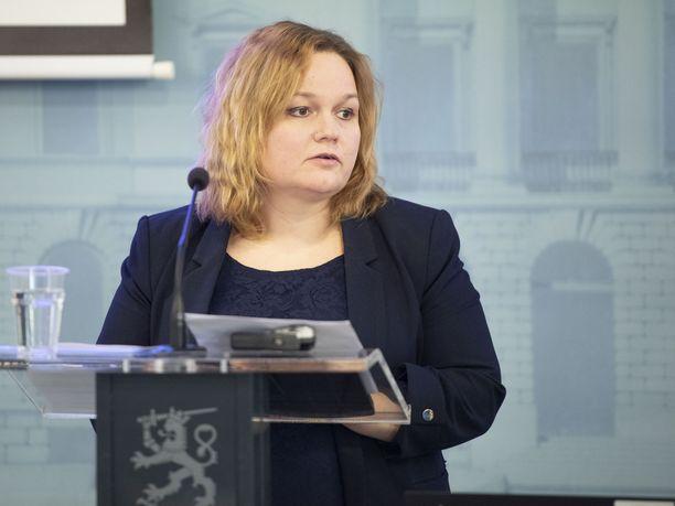 Perhe- ja peruspalveluministeri Krista Kiuru (sd) kertoi miten sosiaali- ja terveyshuolto toimii poikkeusoloissa.