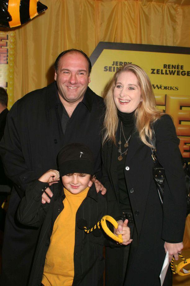 Isä ja poika olivat läheisiä. Kuvassa myös Michaelin äiti, Marcy Wudarski.