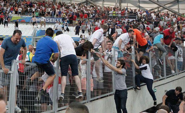 Osa Marseillen stadionilla olleista pakeni venäläisiä ultrakannattajia kiipeämällä turva-aidan yli.