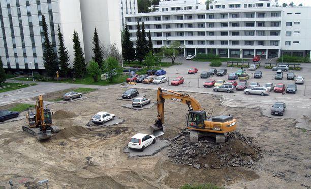 Kaikki autot eivät ehtineet työmaan alta turvaan ajallaan.