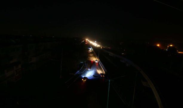 Autojen valot valaisivat maisemaa Karachissa.