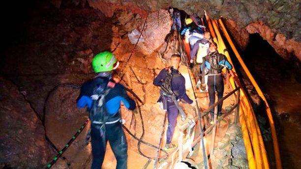 12 poikaa jäi jumiin luolaan Thaimaassa. Kahdeksan on tähän mennessä jo saatu ulos.