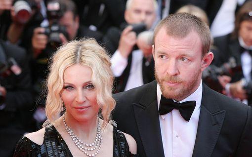 Madonna tapasi ex-aviomiehensä ensimmäistä kertaa vuosiin – tapaaminen kesti alle 30 minuuttia, mukana oman tyttären ikäinen miesystävä
