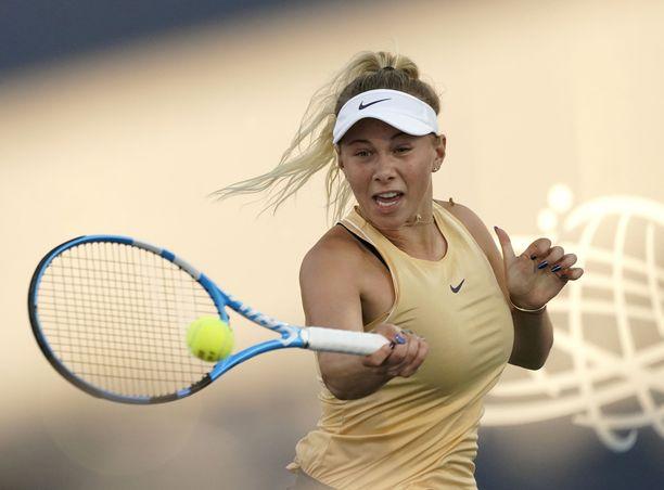 180-senttinen Amanda Anisimova on näyttävä ilmestys tenniskentällä.