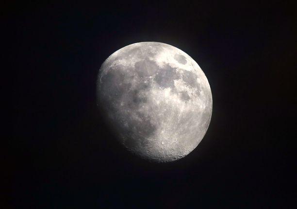 Kuun massa on noin 73 420 000 000 000 000 000 000 kilogrammaa.