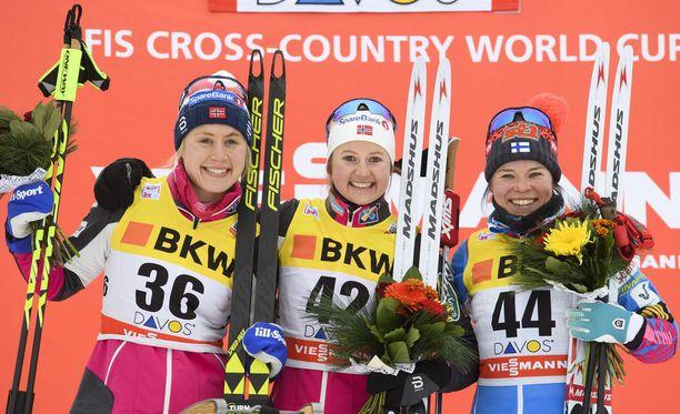 Krista Pärmäkoski on ollut jo kaksi vuotta naisten hiihdon huipulla. Sunnuntaina hän hymyili palkintopallilla yhdessä Ragnhild Hagan (vas.) ja Ingvild Flugstadt Östbergin kanssa.