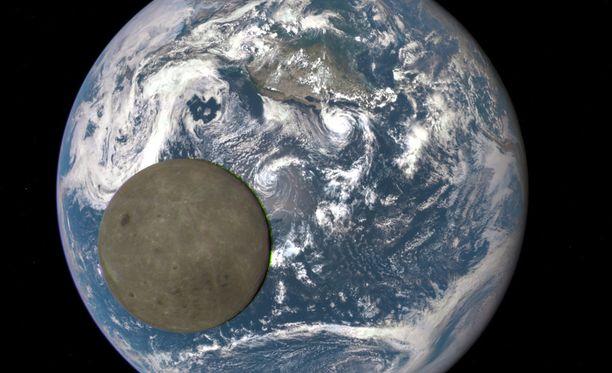 Etualalla Kuun pimeä puoli.