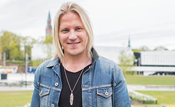 Sami Kuronen on säilyttänyt pitkän tukkansa vuosikaudet.