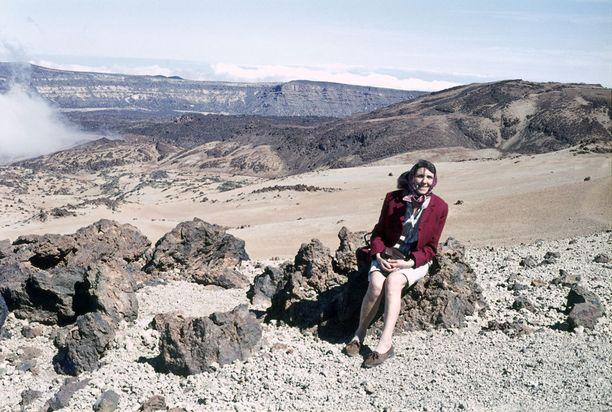 Turisti poseerasi Teide-tulivuoren rinteellä Teneriffalla 70-luvulla.