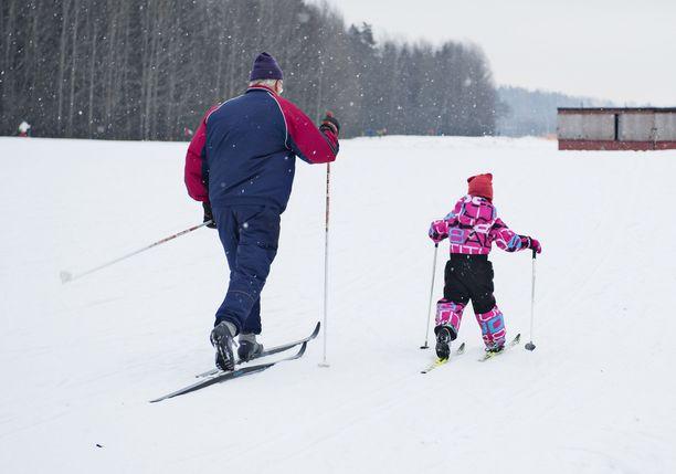 Ladulla huonosti käyttäytyvä aikuinen saattaa pilata ensimmäisiä hiihtometrejään kokeilevan lapsen innostuksen jo alkuunsa.