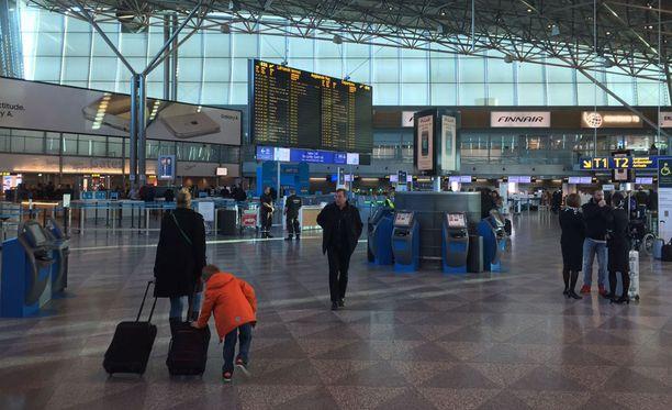 Osa matkustajista oli vienyt tavaransa lentokentälle jo edellisenä päivänä.