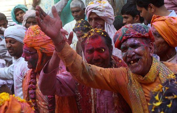 HURJAT BILEET Intiassa osataan juhlia räväkästi, kuten tästä Barsanassa otetusta kuvasta käy ilmi. Hindujen kevään tuloa juhlistavaan festivaaliin kuuluu, että osanottajat maalaavat toisensa värikkäillä jauheilla ja naiset pieksevät miehiä kepeillä.