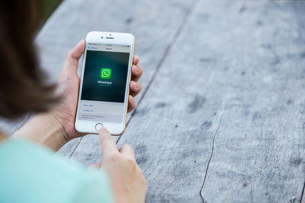 Pikaviestipalvelu Whatsapp on yksi suosituimmista kännykkäsovelluksista. Sen omistaa Facebook. Kuvituskuva.