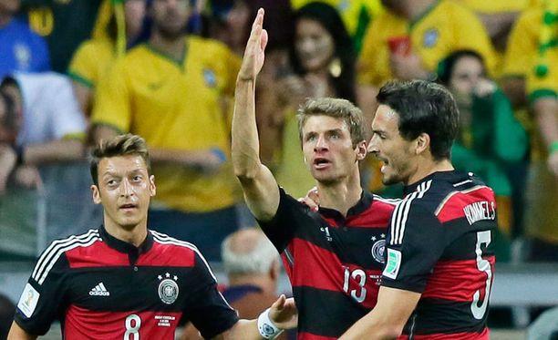 Tämä nöyryytys saa loppua, tuumivat Mesut Özil, Thomas Müller ja Mats Hummels puoliajalla.