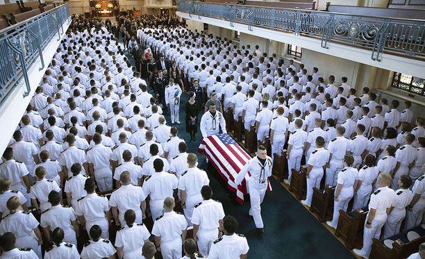 Elokuussa kuollut senaattori John McCain, 81, haudattiin yksityisessä tilaisuudessa Yhdysvaltain laivastoakatemian hautausmaalle Annapolisissa Marylandin osavaltiossa. Tilaisuudesta julkaistut kuvat ovat peräisin McCainin perheeltä.