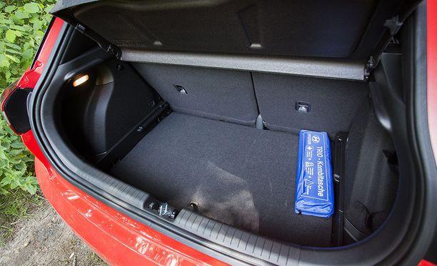 Tavaratilan 326 litraan mahtuu esimerkiksi golfbägi, kevyet lastenrattaat ja muutama kauppakassi.