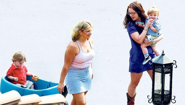TARKKAILUSSA Britney Spears leikki lastensa Jayden Jamesin (äitinsä sylissä) ja Prestonin kanssa tiistaina valvojan läsnäollessa.