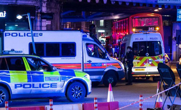 Poliisit ja pelastusyksiköt turvasivat Borough Marketin aluetta joukkomurhan jälkeen.