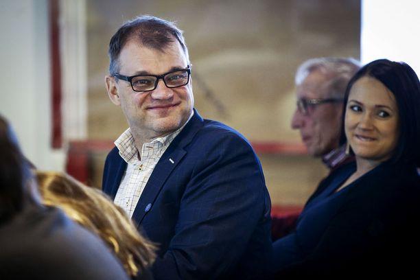 Pääministeri Juha Sipilä lensi sunnuntaina yksityiskoneellaan keskustan Lapin piirin syyskokoukseen, jossa asetuttiin Sipilän uudelleenvalinnan taakse.