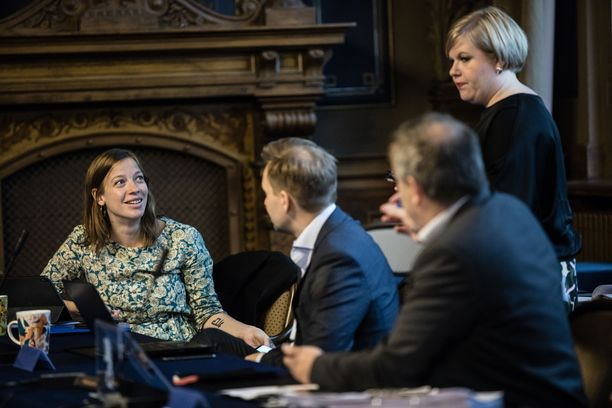 Hallitus kokoontui keskiviikkona Säätytaloon viimeistelemään budjettiriihen päätöksiä. Vasemmalla opetusministeri Li Andersson (vas), seisomassa tiede- ja kulttuuriministeri Annika Saarikko (kesk).