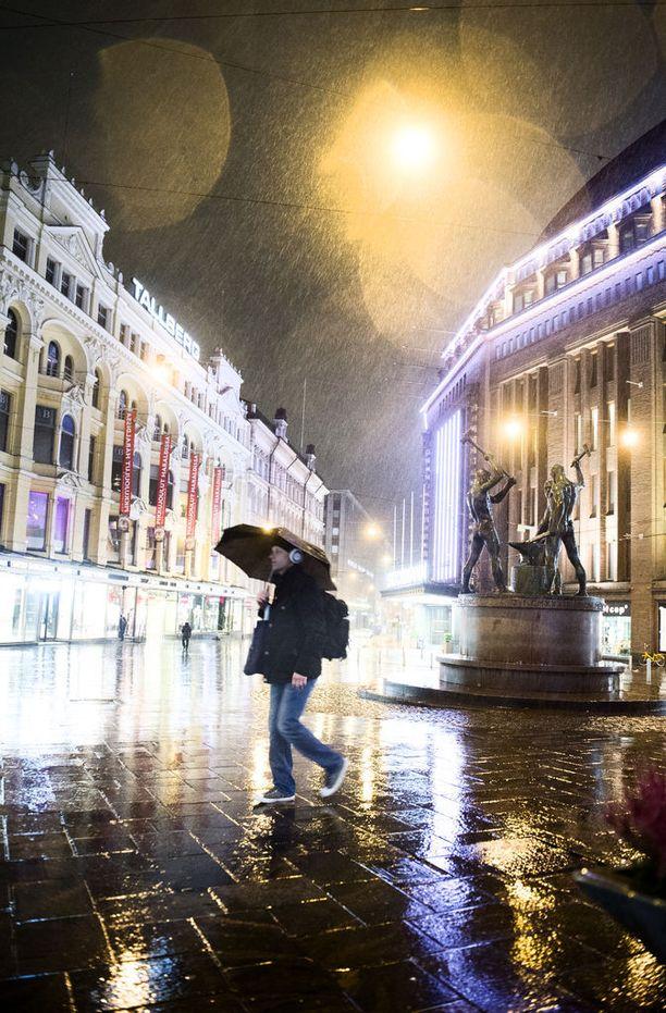 Meteorologien mukaan sää jatkuu epävakaisena tulevina päivinä. Maanantaille ja tiistaille on luvassa runsaita sateita.