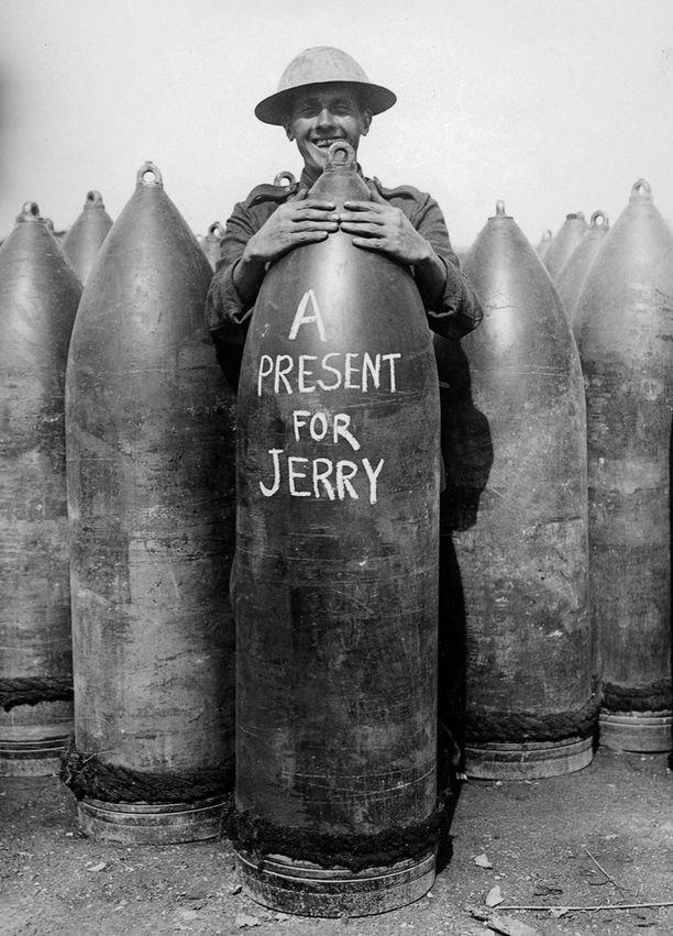 Sotilaat ovat kirjoittaneet viestejä pommeihin ja tykistöammuksiin jo ensimmäisestä maailmansodasta alken. Tämä kuva on ensimmäisen maailmansodan ajalta länsirintamalta.