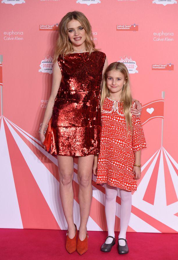 Venäläismalli poseeraa Neva-tyttärensä kanssa.