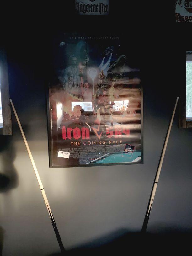 Mancaven seinät täyttyvät muistoista. Iron Sky -taulu on Jannelle tärkeä muisto illasta kansainvälisten leffatähtien kanssa.