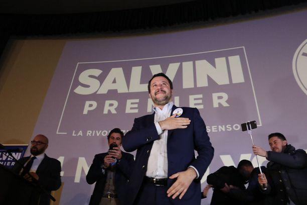 Pohjoisen liiton Matteo Salvini kampanjoi Napolin alueella. Liitto on vaaliliitossa Berlusconin kanssa ja voi nousta valtaan.