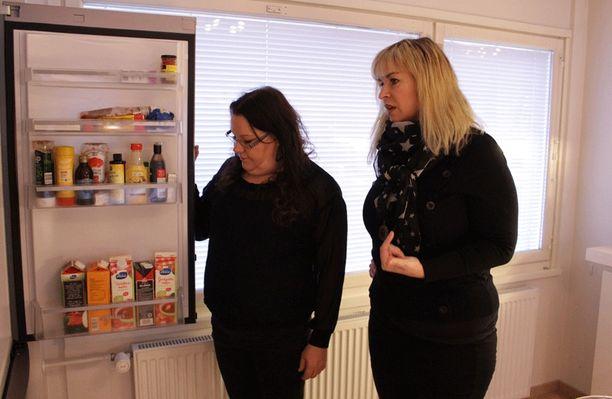 Pirjo ja Claudia tarkistavat Äitien sota -ohjelmassa Heidin jääkaapin.