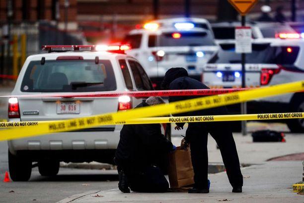 Poliisin tutkijat keräsivät todistusaineistoa rikospaikalta.