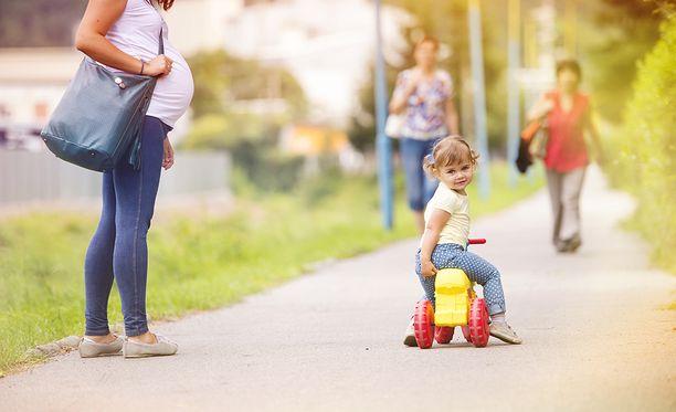 Väestöliiton tutkimuksen mukaan lapsentekoaikeet ovat vähäisempiä kuin ihanteet.