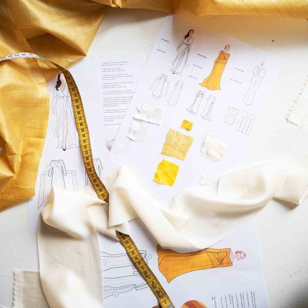Puvun keltainen silkki on valmistettu eettisesti.