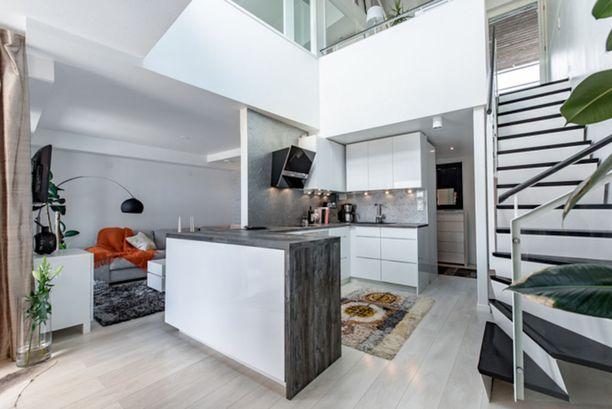 Helsingin Töölössä sijaitsevassa vuonna 2000 rakennetussa talossa on myynnissä 77,5 neliön loftasunto, joka sijaitsee kahdessa kerroksessa.