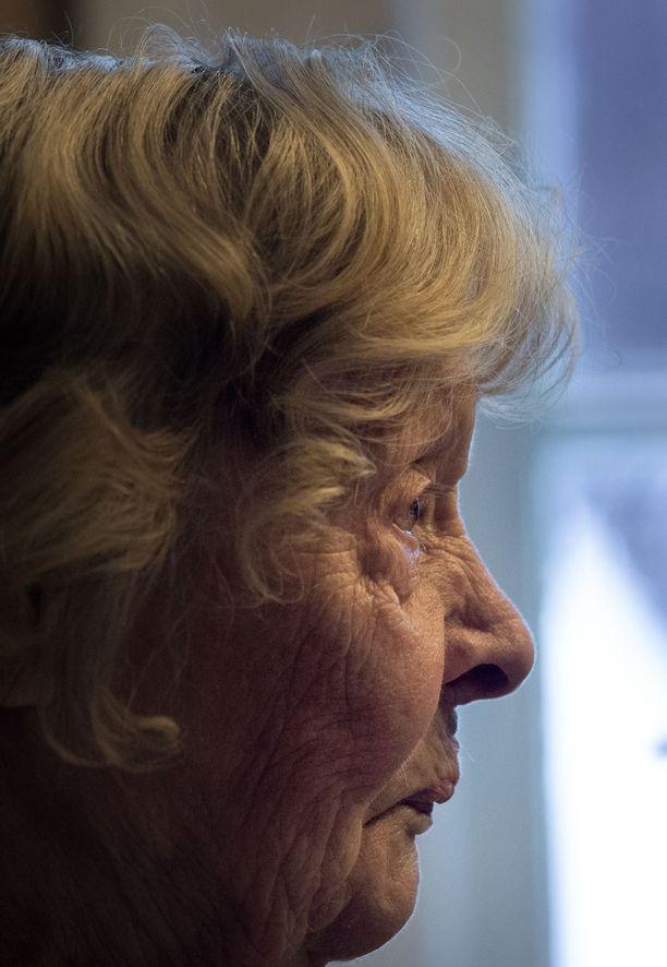 Laina Sarin on lotta ja nähnyt lottanakin historian monet puolet: Omat lottapukunsa hän hävitti epävarmassa tilanteessa sotien jälkeen.
