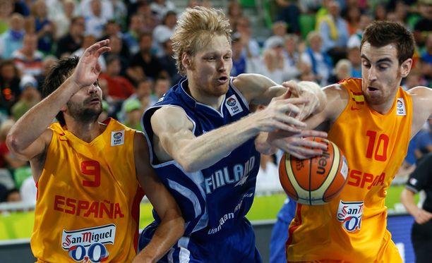 Kimmo Muurinen yrittää saada palloa espanjalaisilta.