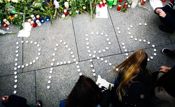 Kynttilöitä Pariisin terroristi-iskujen uhreille Ranskan lähetystön edessä Berliinissä marraskuussa.