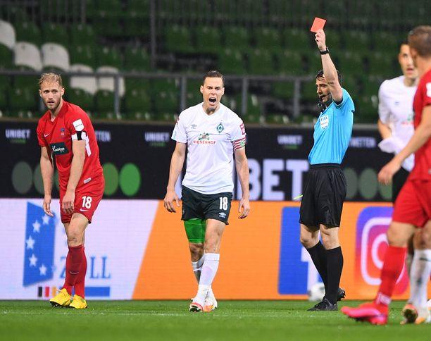 Niklas Moisander sai punaisen kortin edellisessä kohtaamisessa.