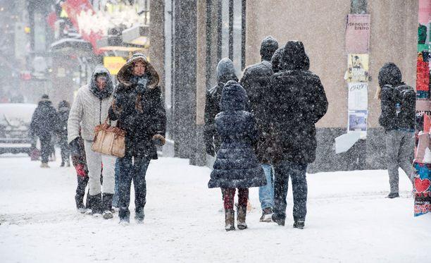 Napakat pakkaset ovat vaihtuneet lumisateeksi eri puolilla Suomea.