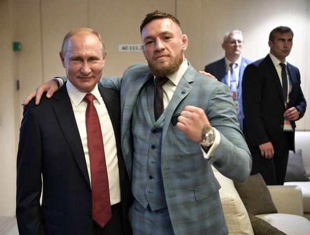 Vladimir Putin ja Conor McGregor yhteiskuvassa Moskovassa heinäkuussa 2018.