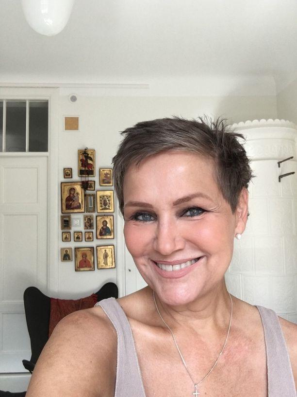 Syövän jälkeen Eija-Riitta Korholalle kasvoi tumma tukka.
