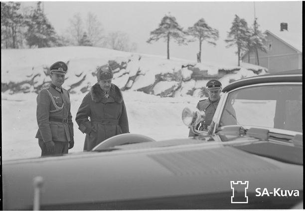 Auto luovutettiin Mannerheimille Mikkelissä 16.12.1941.