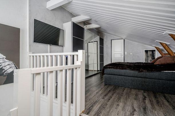 Makuuhuone on asunnon yläkerrassa.