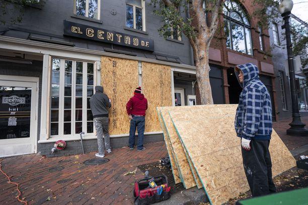 Suurissa kaupungeissa varaudutaan levottomuuksiin riippumatta siitä kumpi vaalit voittaa. Washingtonissa kauppojen ikkunoihin laitettiin maanantaina vanereita.