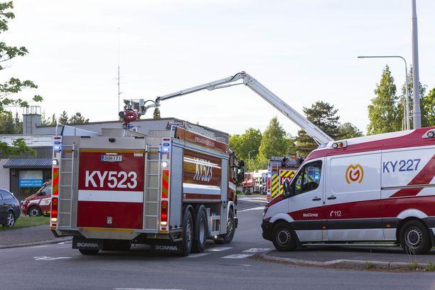 Palopaikalle hälytettiin 12 pelastuslaitoksen yksikköä, neljä ensihoidon yksikköä ja poliisi.